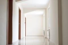 Pusty prosty hotelowy korytarz zdjęcia royalty free