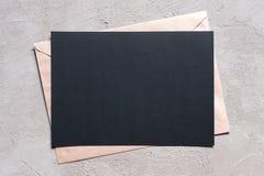 Pusty prześcieradło czerń textured papier i kopertę fotografia stock