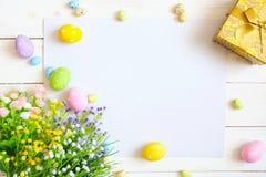 Pusty prześcieradło z Easter dekoracjami na białym drewnianym tle dostępny karciany Easter eps kartoteki powitanie Obrazy Stock