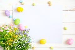 Pusty prześcieradło z Easter dekoracjami na białym drewnianym tle dostępny karciany Easter eps kartoteki powitanie Zdjęcia Stock