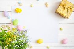 Pusty prześcieradło z Easter dekoracjami na białym drewnianym tle dostępny karciany Easter eps kartoteki powitanie Obrazy Royalty Free