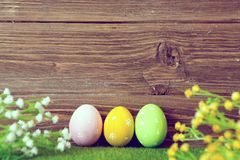 Pusty prześcieradło z Easter dekoracjami na brown drewnianym tle dostępny karciany Easter eps kartoteki powitanie Obraz Royalty Free