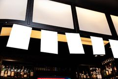 Pusty reklama egzamin próbny w górę ramy na zamazanym tle bar - Opróżnia przestrzeń dla reklamy fotografia royalty free