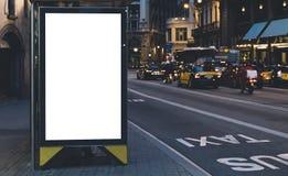 Pusty reklamowy lekki pudełko na autobusowej przerwie, mockup pusty reklama billboard na noc przystanku autobusowym, szablonu szt obraz stock