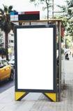 Pusty reklamowy lekki pudełko na autobusowej przerwie, mockup pusty reklama billboard na noc przystanku autobusowym, szablonu szt obrazy royalty free