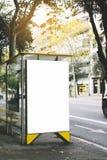 Pusty reklamowy lekki pudełko na autobusowej przerwie, mockup pusty reklama billboard na słońce dnia przystanku autobusowym, szab fotografia royalty free