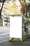 Pusty reklamowy lekki pudełko na autobusowej przerwie, mockup pusty reklama billboard na słońce dnia przystanku autobusowym, szab obrazy royalty free