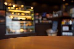 Pusty round stołowy wierzchołek przy sklep z kawą zamazywał tło w obraz royalty free