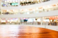 Pusty round stołowy wierzchołek przy sklep z kawą zamazywał tło z bokiem zdjęcie stock