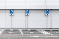 Pusty samochodowy parking z rodzinnymi i inwalidzkimi parking miejscami zdjęcie royalty free