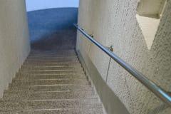 Pusty schodek z stalowym poręczem - Salowa nowożytna architektura fotografia royalty free
