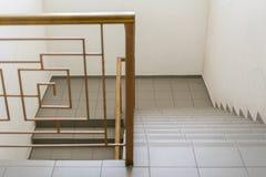Pusty schody Carpeted schody Z metalu poręczem Fotografia Stock