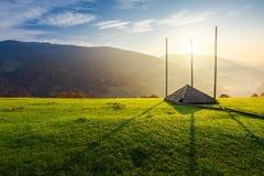 Pusty siano koszary na trawiastym wzgórzu przy wschodem słońca obraz stock