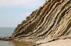 Pusty skalisty seashore i niebieskie niebo z lekkimi chmurami Czarny morze fotografia stock