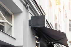 Pusty sklepu signboard Opróżnia sklepowego znaka ulicznego szablon wspinającego się na ścianie fotografia royalty free