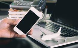 Pusty smartphone ekran dla agenci podróży obraz stock
