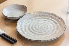 Pusty spirala wzoru talerz na drewno stole Obraz Royalty Free