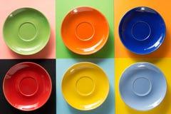 Pusty spodeczek przy abstrakcjonistyczny kolorowym fotografia stock