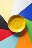 Pusty spodeczek przy abstrakcjonistycznym colorfu obrazy stock