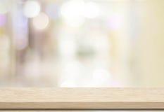 Pusty stół i zamazujący sklepu bokeh tło obraz stock