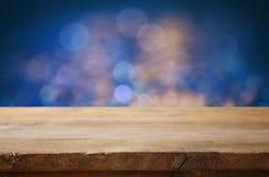 Pusty stół przed błękitną błyskotliwością zaświeca tło Obrazy Royalty Free