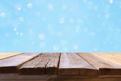Pusty stół przed błękitną błyskotliwością zaświeca tło Fotografia Stock