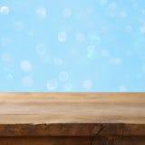 Pusty stół przed błękitną błyskotliwością zaświeca tło Obrazy Stock