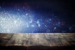 Pusty stół przed błękitną błyskotliwością zaświeca tło dla produktu pokazu montażu Zdjęcie Royalty Free