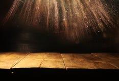 Pusty stół przed czernią i złocistą błyskotliwością zaświeca tło fotografia stock