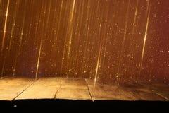 Pusty stół przed czernią i złocistą błyskotliwością zaświeca tło dla produktu pokazu montażu zdjęcie royalty free