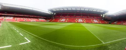 pusty stadion futbolowy z zieloną trawą obrazy royalty free