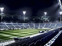 Pusty stadium piłkarski w lekkich promieniach przy nocą Obraz Royalty Free