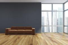 Pusty szary żywy pokój, brown kanapa Obrazy Stock