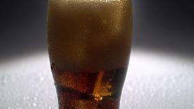 Pusty szkło lód nalewał napój Światło od behind z bliska zbiory wideo