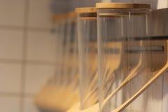 Pusty szkło zgrzyta dla pikantność na drewnianej półce zdjęcia royalty free