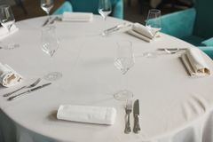 pusty szkieł restauraci set Piękny stołu set zdjęcia stock