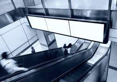 Pusty sztandaru billboardu pokaz z eskalatorem i ludźmi w subw Obrazy Royalty Free