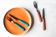 Pusty talerz i nóż, rozwidlenie na białym drewnianym tle zdjęcia stock