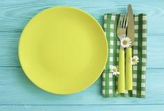 Pusty talerz na błękitnym drewnianym tło menu stokrotki kwiatu rozwidleniu, nóż Fotografia Royalty Free