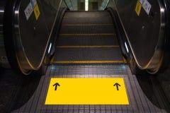 Pusty tekst na żółtej etykietce przy eskalatorem Obraz Stock