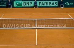 pusty tenisowy gliniany sąd z siecią i sędziowie Obrazy Royalty Free