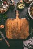 Pusty tnącej deski jedzenia tło Wieśniaka stół z składnikami i kuchni naczyniami Kulinarny pojęcie Odgórny widok Rama obrazy royalty free