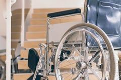 Pusty wózek inwalidzki i schodki Niepełnosprawna dostępności rzeczywistość fotografia stock