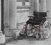 Pusty wózek inwalidzki na ulicie Obraz Royalty Free