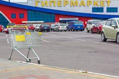 Pusty wózek na zakupy hypermarket outside Obrazy Stock