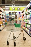 Pusty wózek na zakupy w supermarkecie zdjęcia royalty free