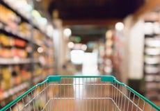 Pusty wózek na zakupy z abstrakcjonistycznym plama supermarketem Obraz Royalty Free