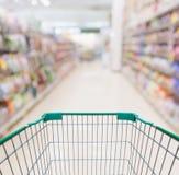 Pusty wózek na zakupy z abstrakcjonistycznym plama supermarketem Zdjęcie Royalty Free