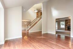 Pusty wejściowy pokój z schody fotografia stock