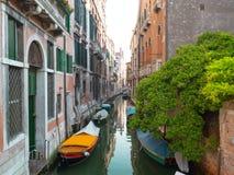 Pusty Wenecja kanał z łodziami cumował blisko budynek ścian Zdjęcie Royalty Free